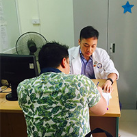 GloCal fellow Huan Dong interviews a patient.